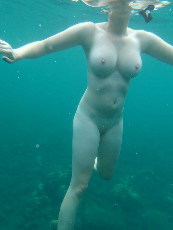 外国人の水中おっぱい 32