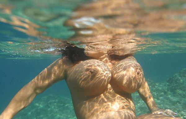外国人の水中おっぱい 37