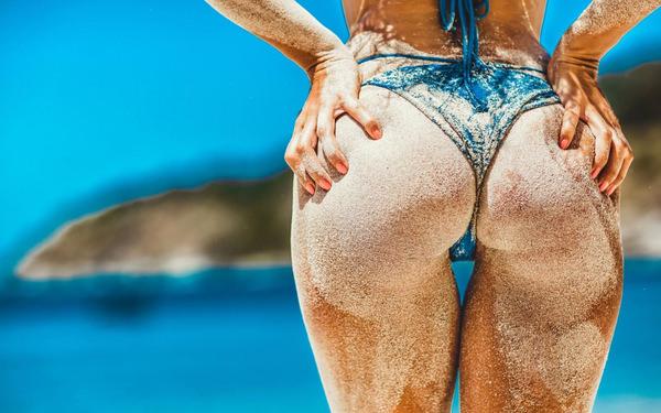 外国人美女の砂まみれのビキニ尻 1