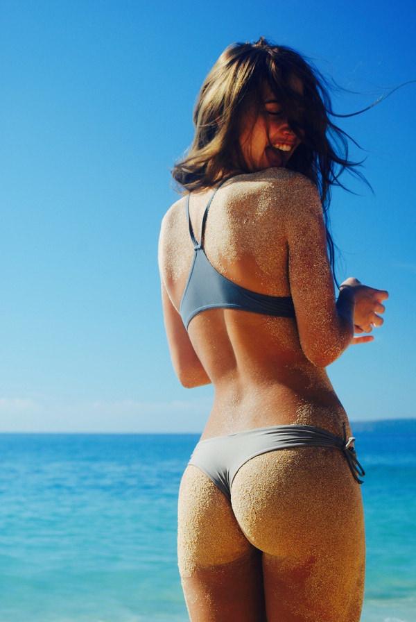 外国人美女の砂まみれのビキニ尻 18