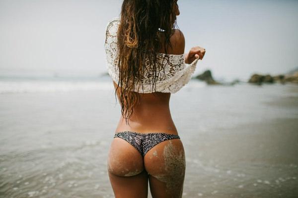 外国人美女の砂まみれのビキニ尻 20