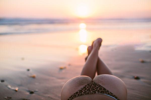 外国人美女の砂まみれのビキニ尻 22