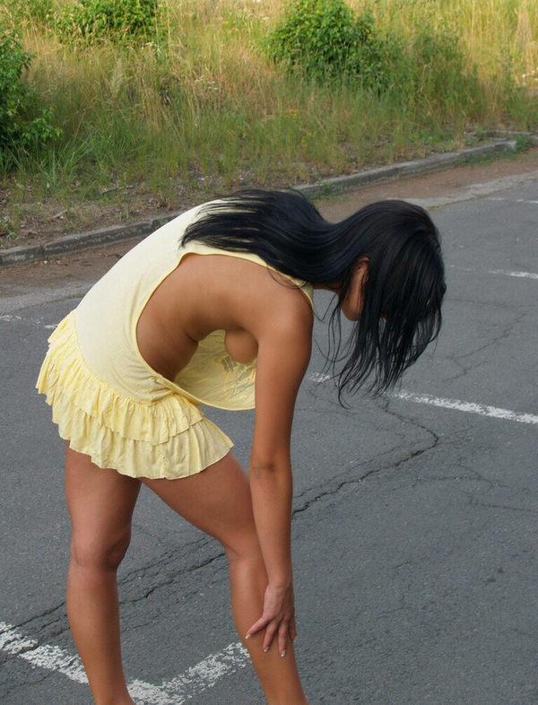 外国人女性の横乳が丸見えのノーブラタンクトップ姿 5