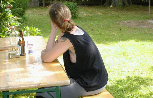 外国人女性の横乳が丸見えのノーブラタンクトップ姿 19