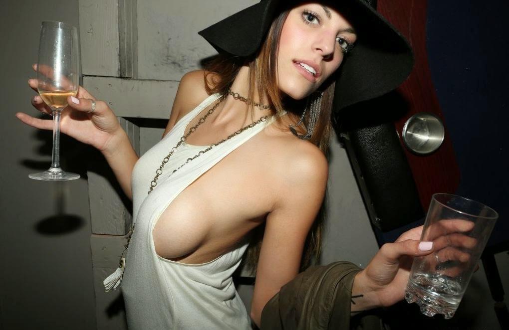 外国人女性の横乳が丸見えのノーブラタンクトップ姿