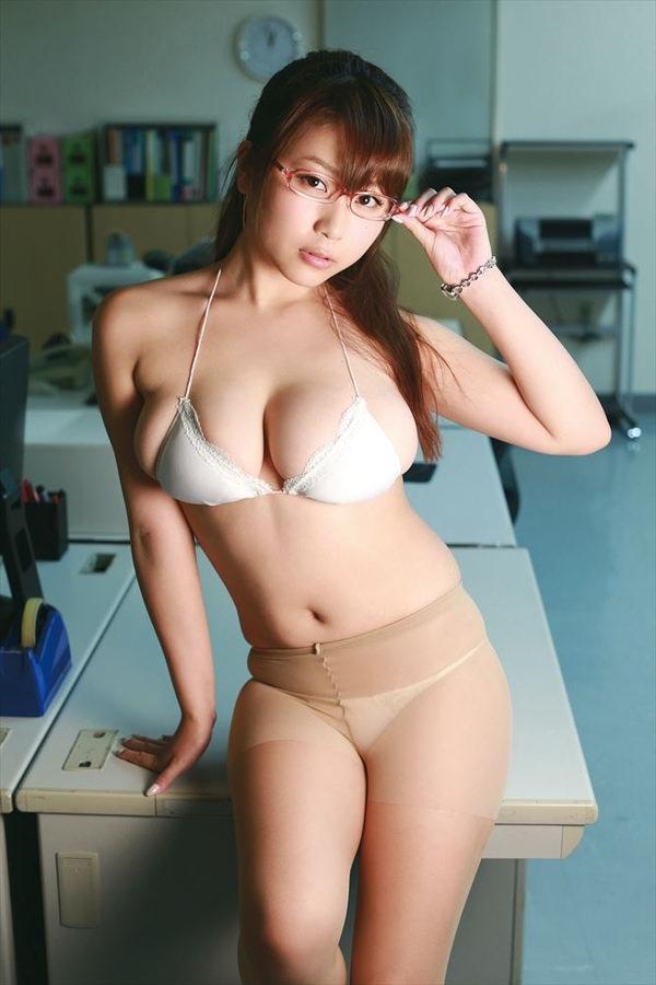 恵体グラドルの美巨乳 35