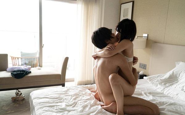 ギュッと抱き合いながらセックス 11