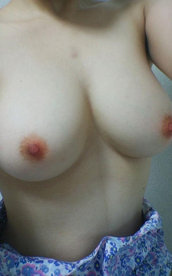 ピンク色の乳首をした素人の美乳 17