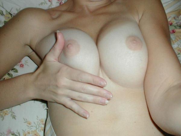 ピンク色の乳首をした素人の美乳 6