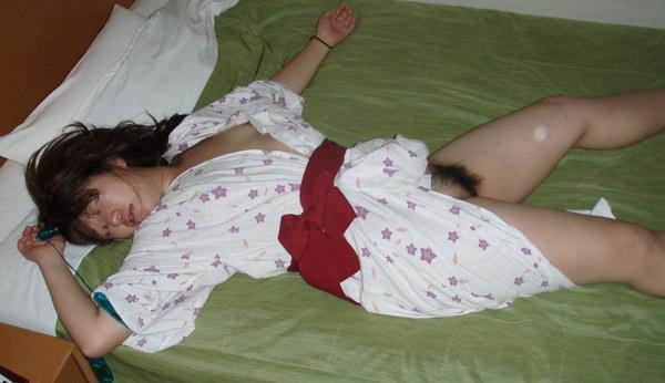 旅館で撮られた素人のはだけた浴衣姿 6