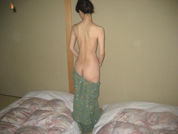 旅館で撮られた素人のはだけた浴衣姿 15