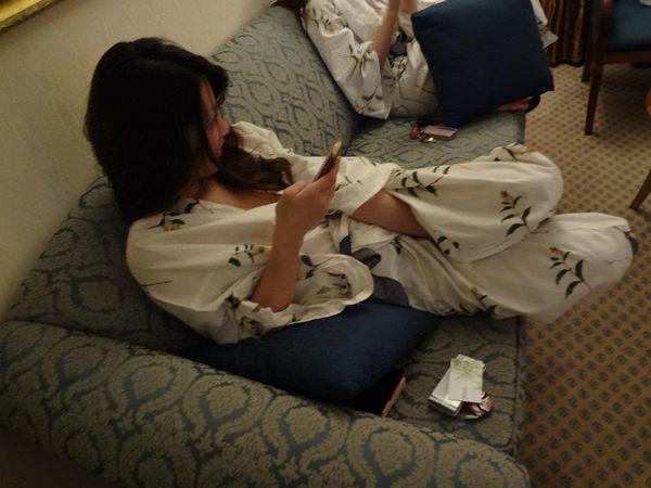 旅館で撮られた素人のはだけた浴衣姿 22
