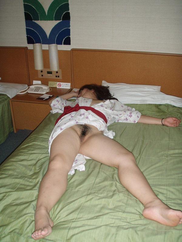 旅館で撮られた素人のはだけた浴衣姿 34