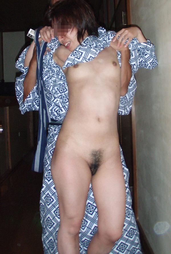 旅館で撮られた素人のはだけた浴衣姿 36