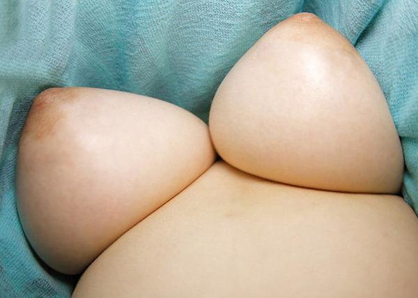 乳首も見えてる下乳 19