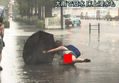 【画像あり】台風でびしょ濡れパンモロ素人wwwwww