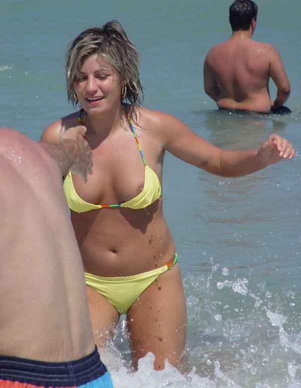 外国人素人がビキニから乳首ポロリ 15