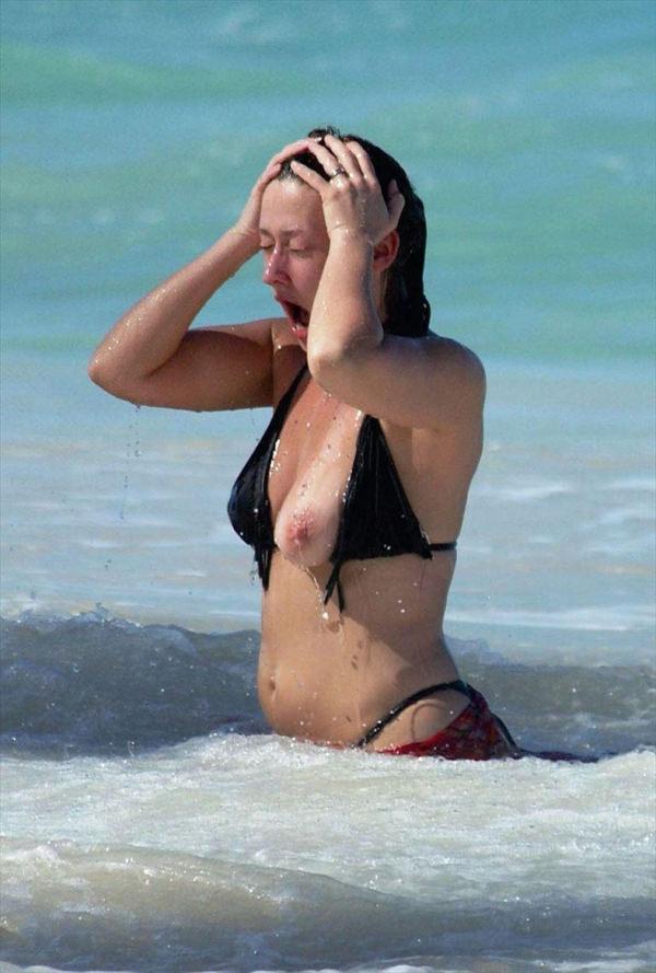 外国人素人がビキニから乳首ポロリ 18