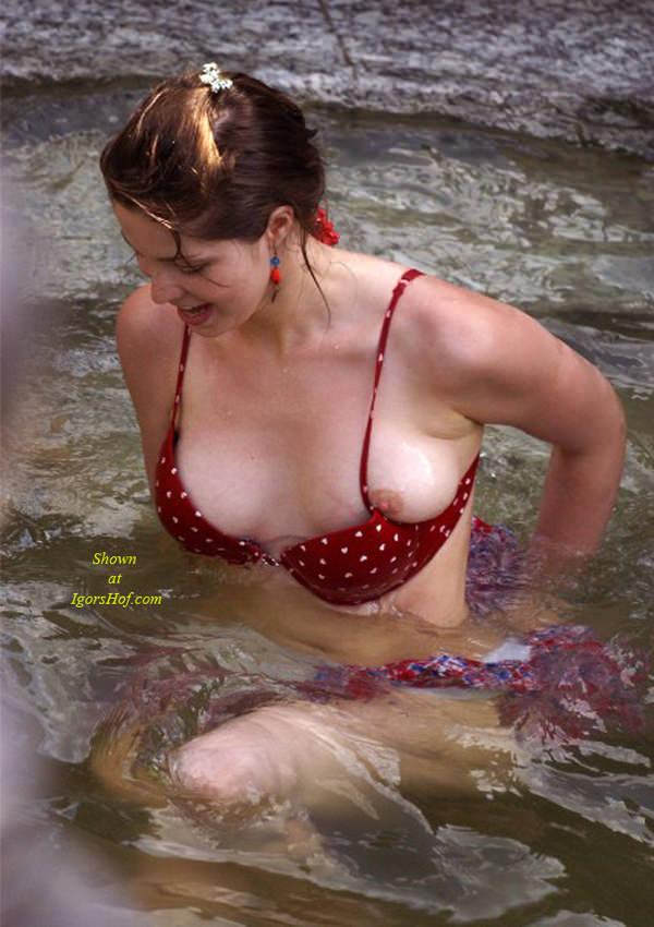 外国人素人がビキニから乳首ポロリ 20