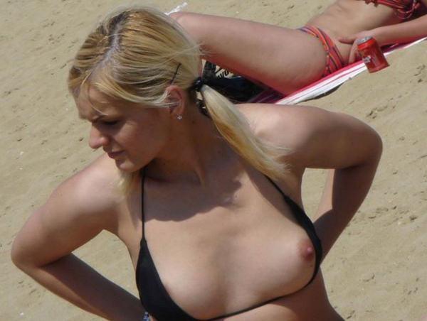 外国人素人がビキニから乳首ポロリ 21