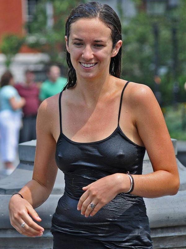 外国人女性がノーブラで透け乳首や濡れ透け乳首 4