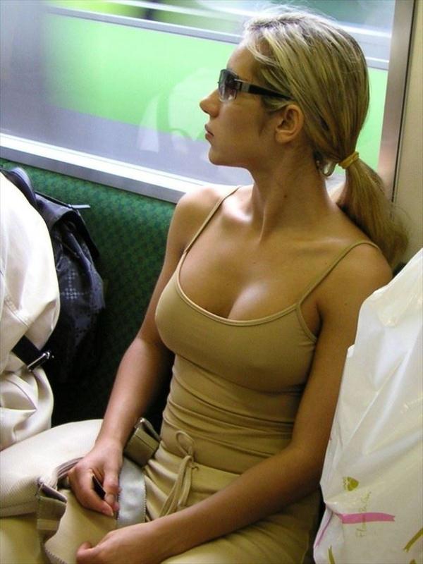 外国人女性がノーブラで透け乳首や濡れ透け乳首 9