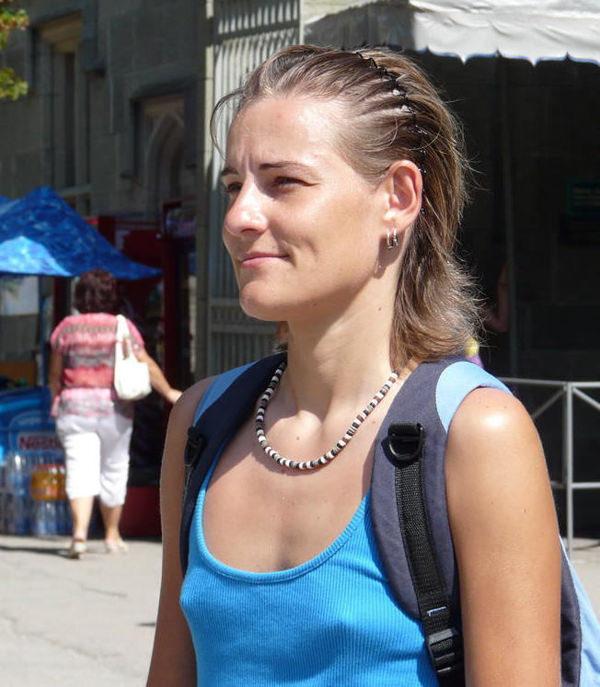 外国人女性がノーブラで透け乳首や濡れ透け乳首 12