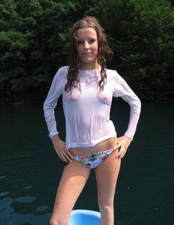 ノーブラ外国人の透け乳首や濡れ乳首 14