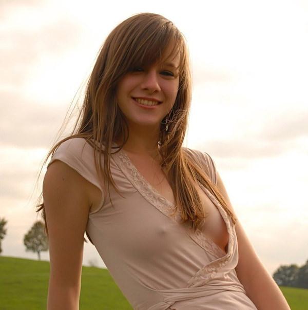 ノーブラ外国人の透け乳首や濡れ乳首 16