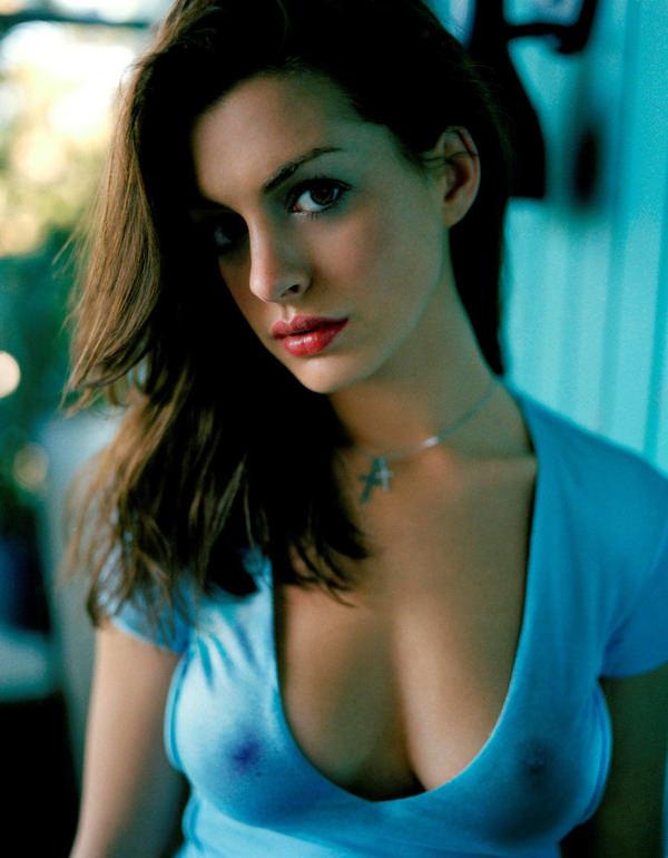 外国人女性がノーブラで透け乳首や濡れ透け乳首 19
