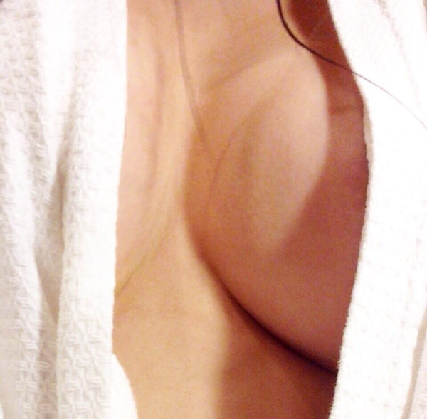 お風呂上がりにバスタオル姿を自撮りする素人 2