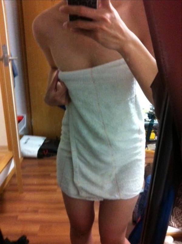 お風呂上がりにバスタオル姿を自撮りする素人 9