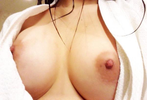 お風呂上がりにバスタオル姿を自撮りする素人 14