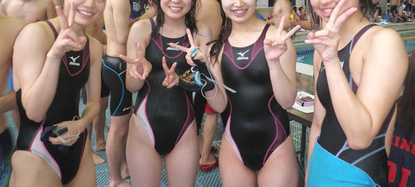 競泳水着の女子水泳部の集合写真 1