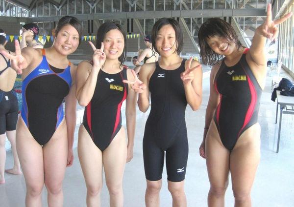 競泳水着の女子水泳部の集合写真 7