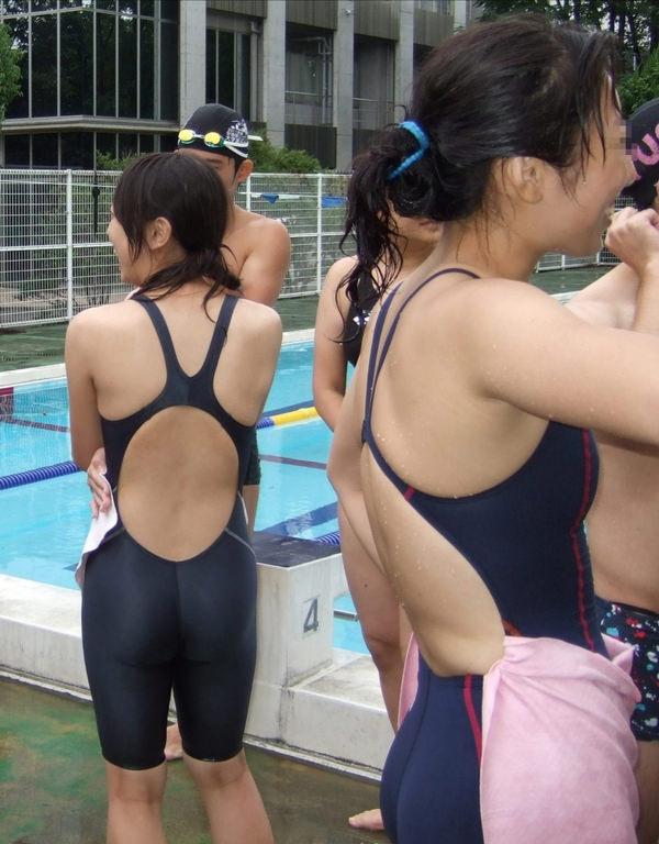 競泳水着の女子水泳部の集合写真 11