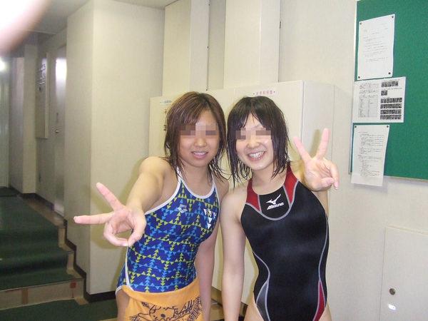競泳水着の女子水泳部の集合写真 15