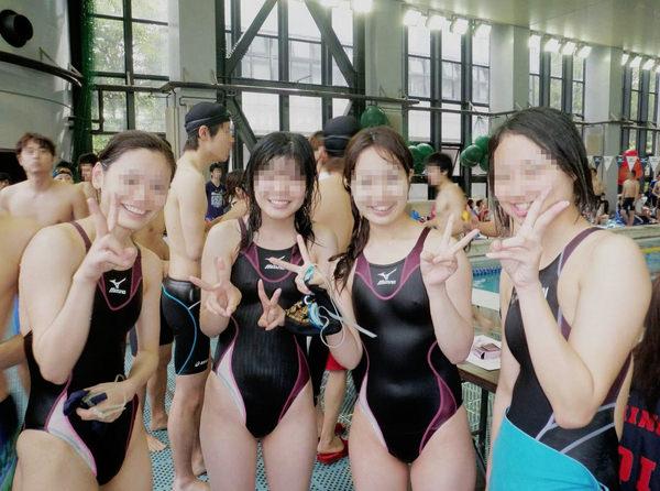 競泳水着の女子水泳部の集合写真 16