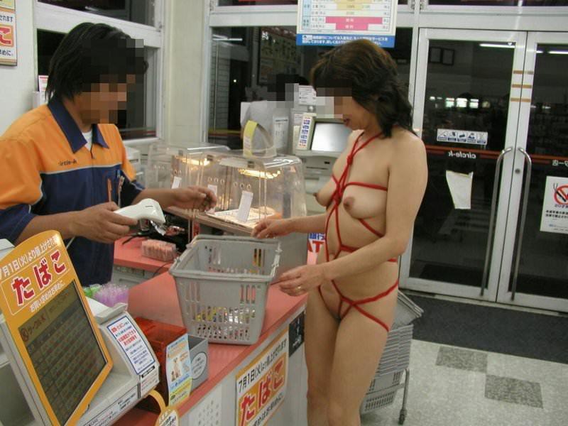 【コンビニ露出】ガチ変態素人が大迷惑の店内露出