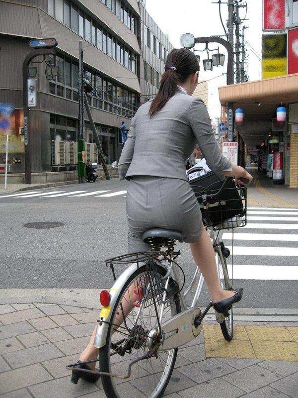 タイトスカートで自転車に乗ってるOLさん 1