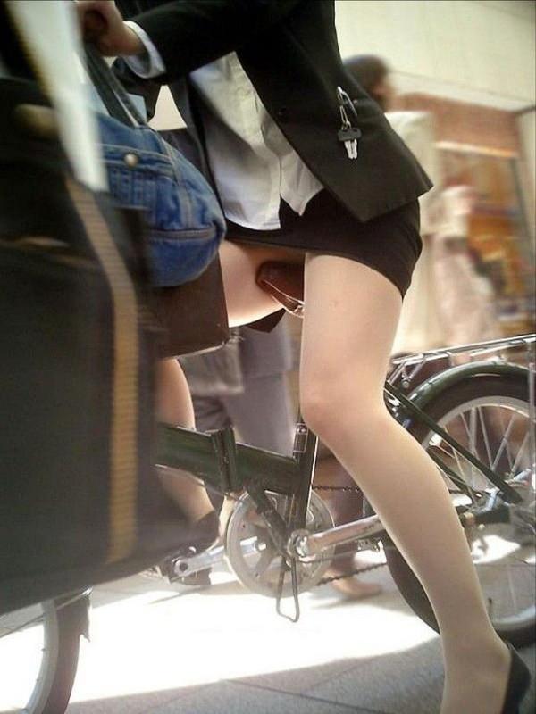 タイトスカートで自転車に乗ってるOLさん 2