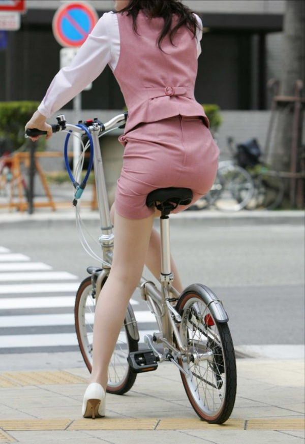 自転車通勤中のOLさん 3