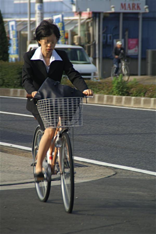 自転車通勤中のOLさん 4
