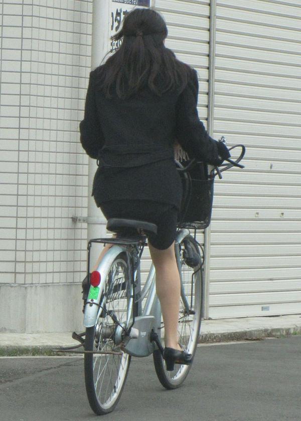 タイトスカートで自転車に乗ってるOLさん 5
