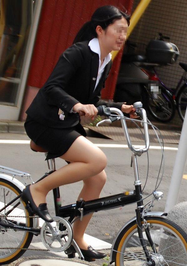 タイトスカートで自転車に乗ってるOLさん 6
