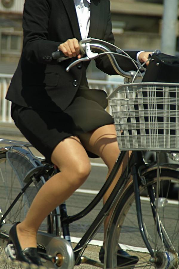 タイトスカートで自転車に乗ってるOLさん 7