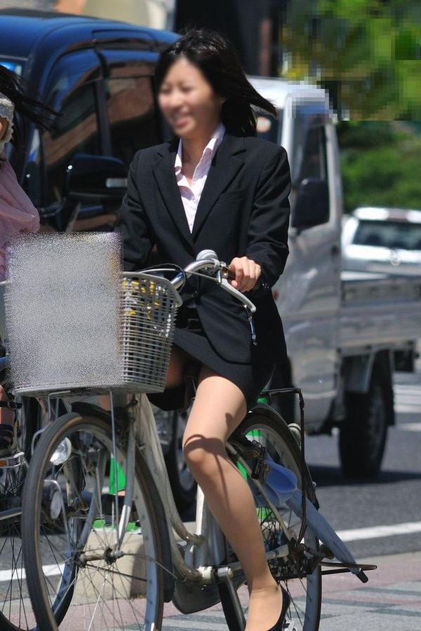 タイトスカートで自転車に乗ってるOLさん 9