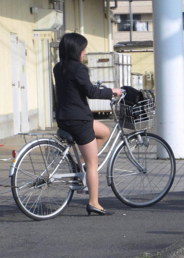 タイトスカートで自転車に乗ってるOLさん 10