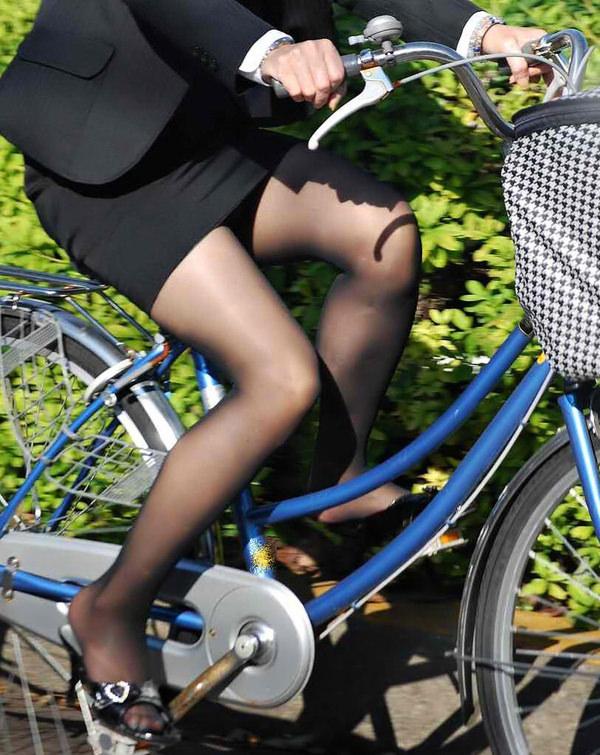 タイトスカートで自転車に乗ってるOLさん 11