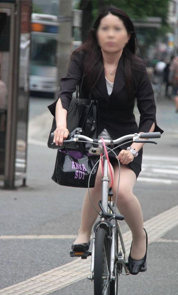 タイトスカートで自転車に乗ってるOLさん 12